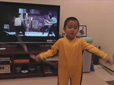 4-х летний малыш скопировал технику Брюса Ли